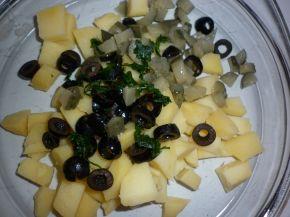 Снимка 1 от рецепта за Картофена салата с кисели краставички и маслини