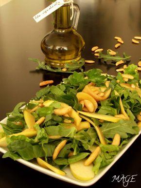 Снимка 1 от рецепта за Салата с рукола, спанак, манго, ябълка и оризови ядки