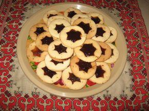 Снимка 1 от рецепта за Двойни коледни сладки с конфитюр - Линцер сладки (Linzer cookies)