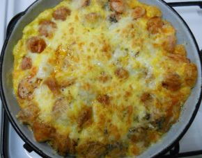 Снимка 1 от рецепта за Запечени кренвирши с кашкавал и яйца