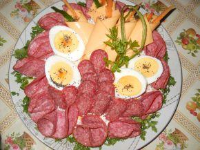 Снимка 1 от рецепта за Комбинирано мезе върху канапе от картофено пюре