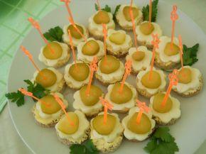 Снимка 1 от рецепта за Хапки с кашкавал и кисели краставички