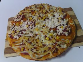 Снимка 1 от рецепта за Пица с кашкавал, сирене и луканков салам