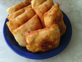 Снимка 1 от рецепта за Пържени питки със заквасена сметана и сирене