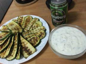 Снимка 1 от рецепта за Гриловани тиквички с кисело мляко и чесън