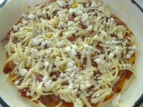 Снимка 7 от рецепта за Домашна пица с богата плънка