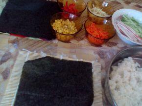 Снимка 9 от рецепта за Домашно суши със сьомга