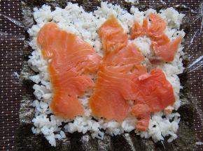 Снимка 4 от рецепта за Домашно суши със сьомга