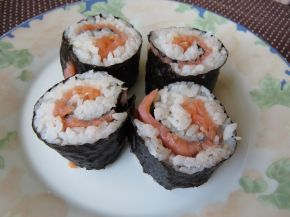 Снимка 6 от рецепта за Домашно суши със сьомга