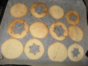 Снимка 2 от рецепта за Двойни коледни сладки с конфитюр - Линцер сладки (Linzer cookies)