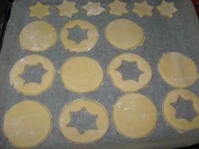 Снимка 4 от рецепта за Двойни коледни сладки с конфитюр - Линцер сладки (Linzer cookies)
