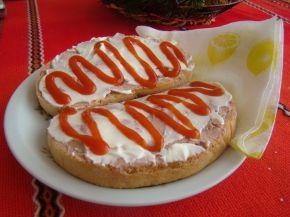 Снимка 2 от рецепта за Филийки с пастет, майонеза и кетчуп
