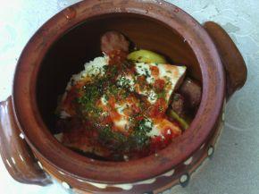 Снимка 2 от рецепта за Гювечета с наденички, картофи и сирене