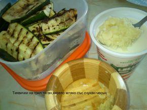 Снимка 2 от рецепта за Гриловани тиквички с кисело мляко и чесън