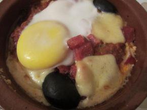 Снимка 3 от рецепта за Гювече със сирене, колбас и яйце