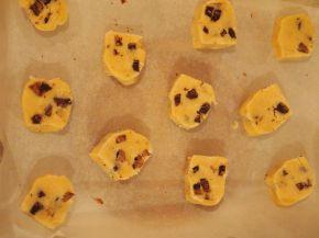 Снимка 5 от рецепта за Хрупкави бисквити с парченца шоколад