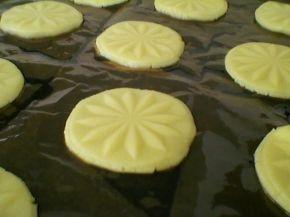 Снимка 7 от рецепта за Хрупкави бисквити с парченца шоколад