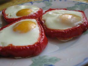 Снимка 2 от рецепта за Яйца на очи в гнездо от чушки