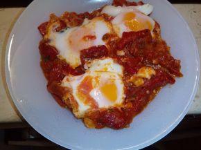 Снимка 4 от рецепта за Яйца върху домати на фурна