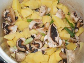 Снимка 2 от рецепта за Ястие с гъби, картофи и кайма