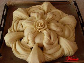 Снимка 2 от рецепта за Интересна питка с розичка