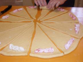 Снимка 3 от рецепта за Вкусни кифли с локум