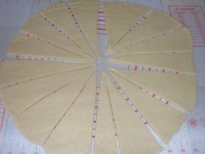 Снимка 5 от рецепта за Кифлички с лапад и сирене