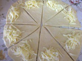 Снимка 3 от рецепта за Кифлички с настърган кашкавал