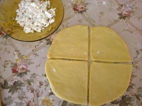 Снимка 4 от рецепта за Кифлички със сирене и сусам