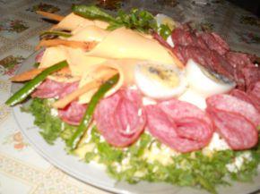 Снимка 2 от рецепта за Комбинирано мезе върху канапе от картофено пюре