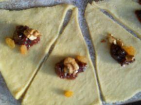 Снимка 4 от рецепта за Кузуначени кифлички с плънка от мармалад, стафиди и орехи