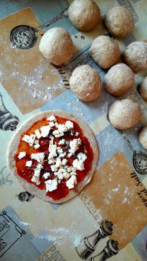 Снимка 4 от рецепта за Питчици от лимец и типово брашно с пълнеж от сирене и кренвирши