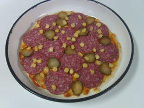 Снимка 2 от рецепта за Пица с кашкавал, сирене и луканков салам