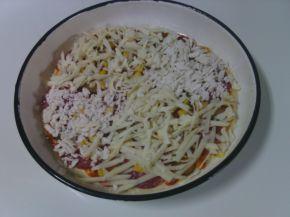 Снимка 3 от рецепта за Пица с кашкавал, сирене и луканков салам