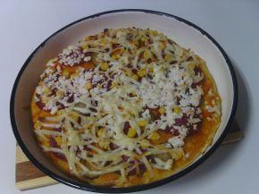 Снимка 4 от рецепта за Пица с кашкавал, сирене и луканков салам