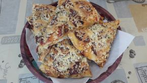 Снимка 4 от рецепта за Пица с шунка, сирене и кашкавал