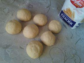 Снимка 2 от рецепта за Пълнени питки със салам, кашкавал и лютеница