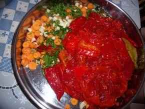 Снимка 3 от рецепта за Пържени червени чушки върхари с моркови