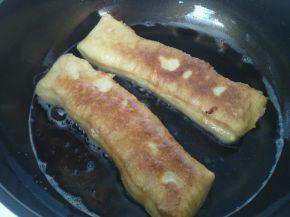 Снимка 2 от рецепта за Пържени питки със заквасена сметана и сирене
