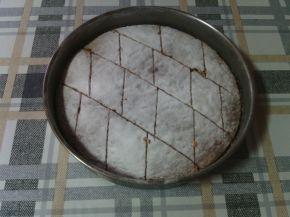 Снимка 2 от рецепта за Сладкиш със стъргани дюли и орехи