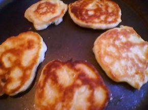Снимка 2 от рецепта за Тиганички  със сирене и кашкавал