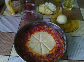 Снимка 6 от рецепта за Венец с кашкавал, сирене, колбас и лютеница