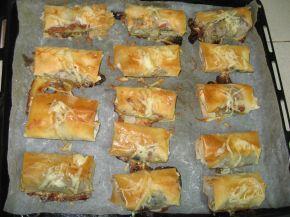 Снимка 3 от рецепта за Вкусни пликчета с пилешко месо, гъбки и топено сирене