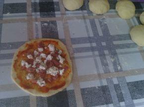 Снимка 4 от рецепта за Закуски-кошници със сирене, колбас, апетитка и чубрица