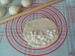 Снимка 4 от рецепта за Затворени питки със сирене на фурна