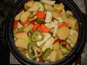Снимка 2 от рецепта за Зеленчуци с кайма в гювеч