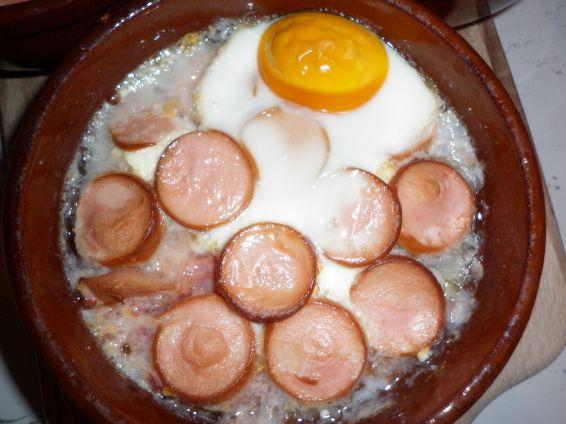 Снимка 1 от рецепта за Кренвирш със сирене в гювече