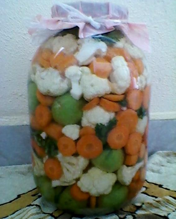 Снимка 1 от рецепта за Туршия от зелени доматчета, моркови и цветно зеле