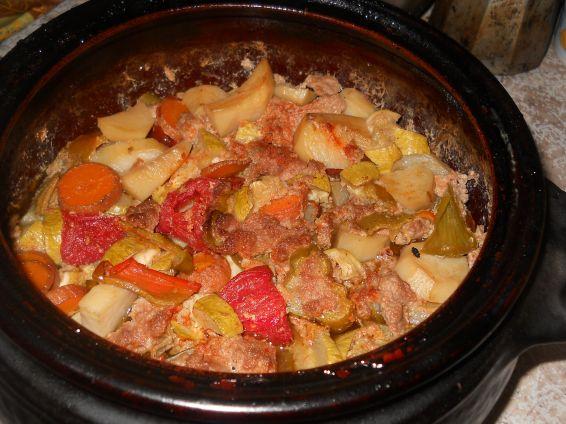Снимка 1 от рецепта за Зеленчуци с кайма в гювеч