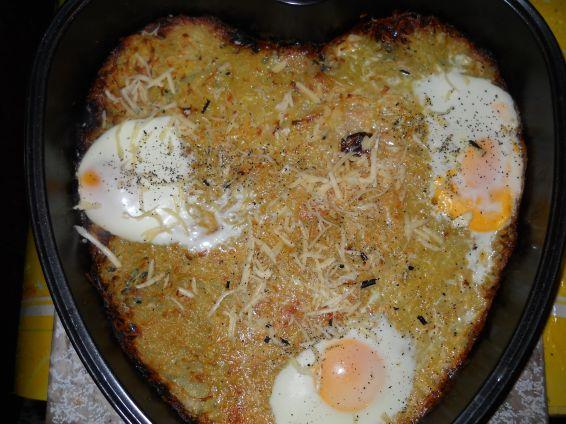 Снимка 1 от рецепта за Пататник с яйца на очи